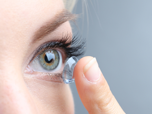 全球首款治疗眼睛过敏的隐形眼镜上市