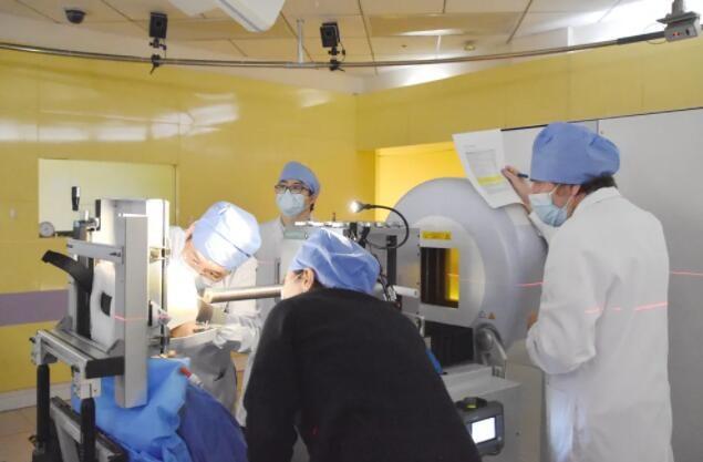 适应证再拓展,上海市质子重离子医院开展国内首例湿性眼底黄斑变性质子治疗